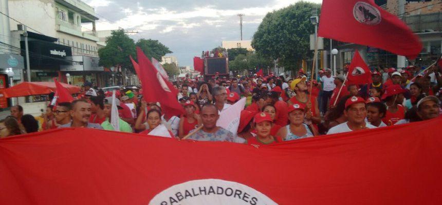 Pela democracia, mais de 150 mil trabalhadores ocupam as ruas da Bahia