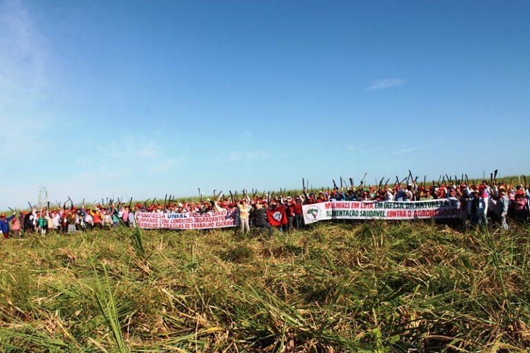 mais de 8 mil trabalhadoras se mobilizam contra o agronegócio e em defesa da democracia