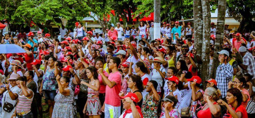 Contra o agronegócio, Mulheres Sem Terra ocupam às ruas de Teixeira de Freitas-BA