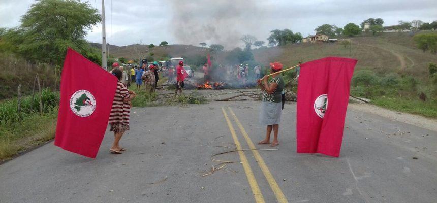 Frente Brasil Popular e MST bloqueiam rodovias em Pernambuco em vigília por Lula