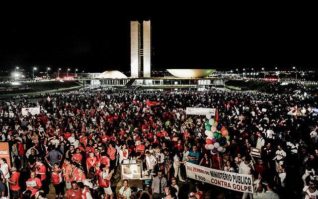 Defesa da democracia é o único caminho para sair da crise de governabilidade