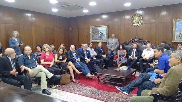 Movimentos entregam manifestos pró-democracia ao Senado e STF