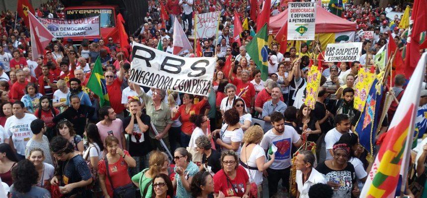 Milhares saem às ruas de Porto Alegre em defesa da democracia