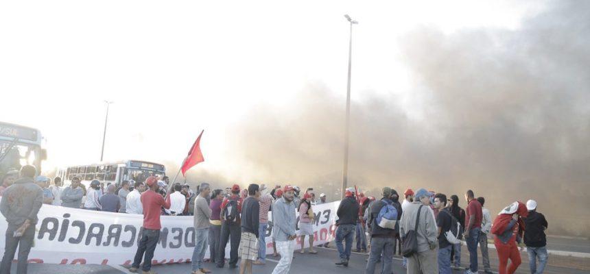 Sem Terras trancam BRs 070 e 020 no Distrito Federal