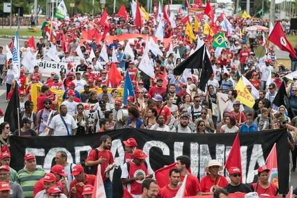 Movimentos do campo realizam marcha contra o golpe, em Porto Alegre