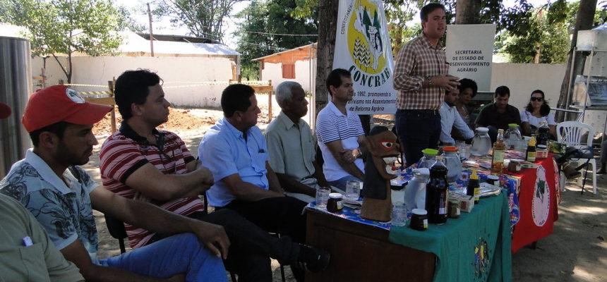 Sem terra recebem máquinas e equipamentos para agroindústrias familiares