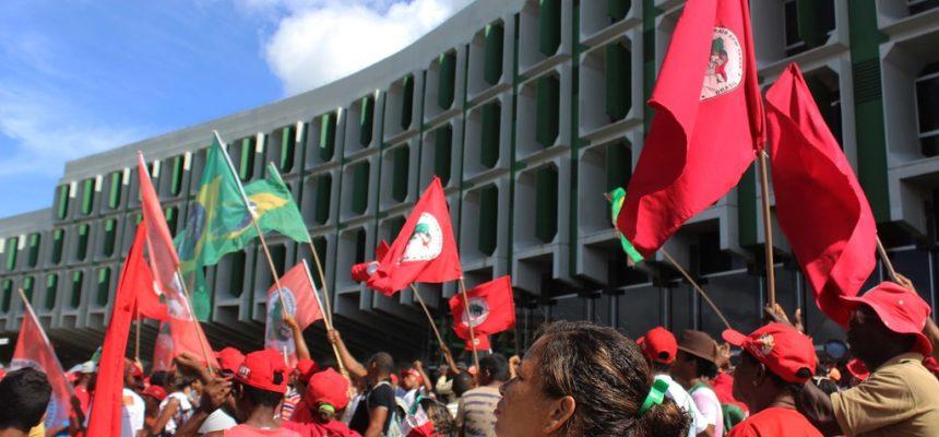 Na Bahia, Sem Terra montam sala de aula em frente a Secretária de Educação
