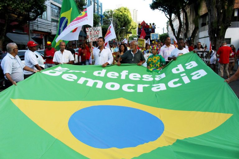 Mais de quatro mil trabalhadores montam acampamento no Farol da Barra