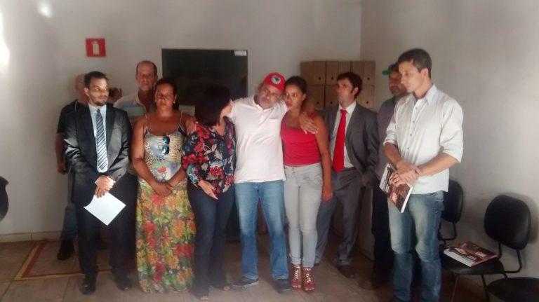 Movimentos sociais e representantes populares visitam agricultor preso em Goiás