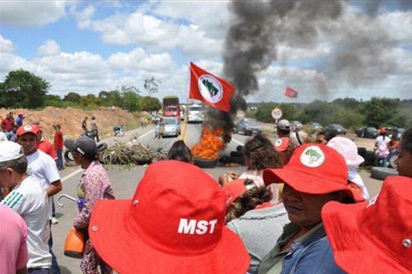 MST libera rodovias após três dias de ocupação, no PR