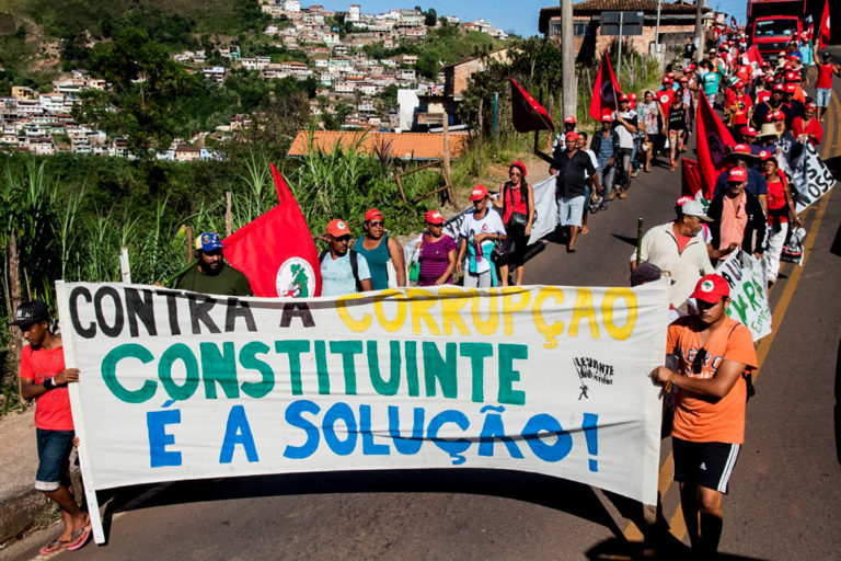 Marcha pela democracia toma as ruas no interior de Minas Gerais