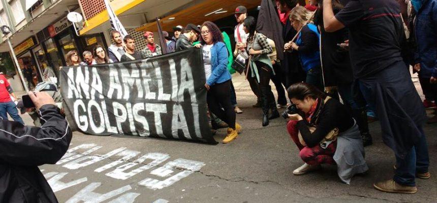 Levante Popular da Juventude e MST escracham senadora Ana Amélia no RS