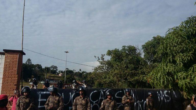 polícia recua e MST reocupa sede de Ariadnópolis