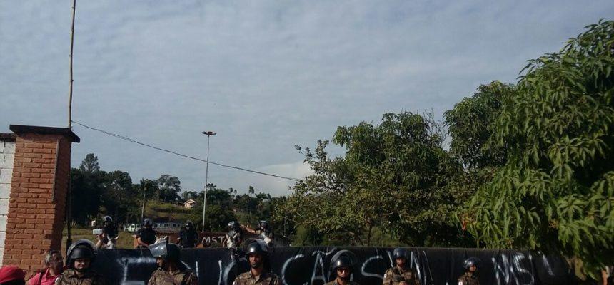 Após despejo ilegal, polícia recua e MST reocupa sede de Ariadnópolis