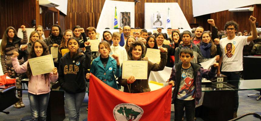 Educandos do MST recebem o 9º Prêmio Orirerê