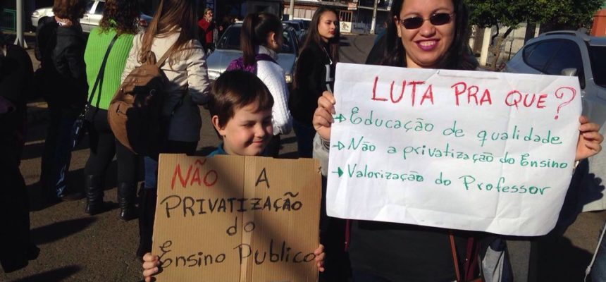 Educandos de escola ocupada no RS protestam em defesa da educação pública