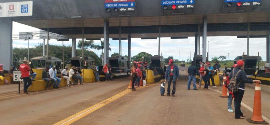 No Paraná, MST abre pedágios contra a violência no campo e pela liberdade de Lula