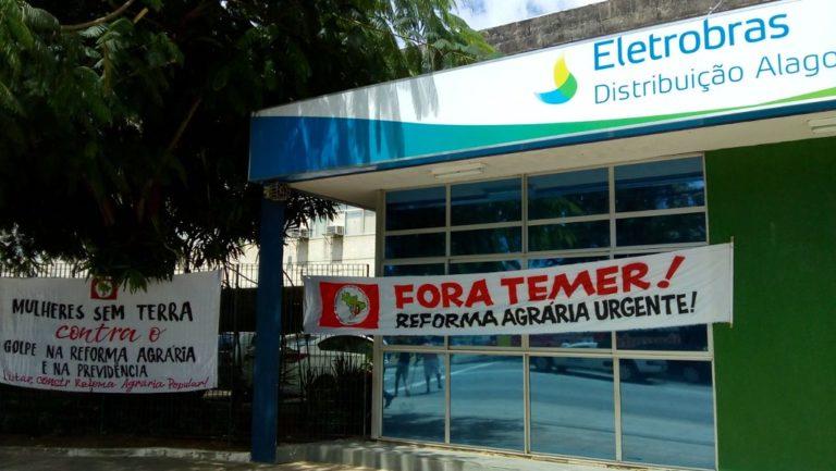 camponesas ocupam o prédio da Eletrobras em Maceió