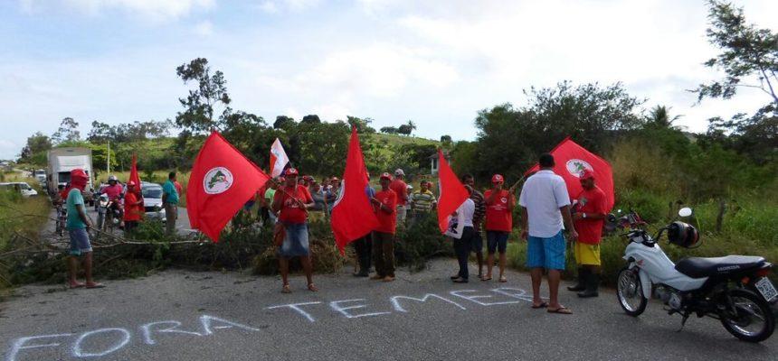 Em Pernambuco, MST tranca rodovias em protesto contra a extinção MDA