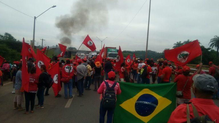 MST tranca Fernão Dias contra a prisão de Lula