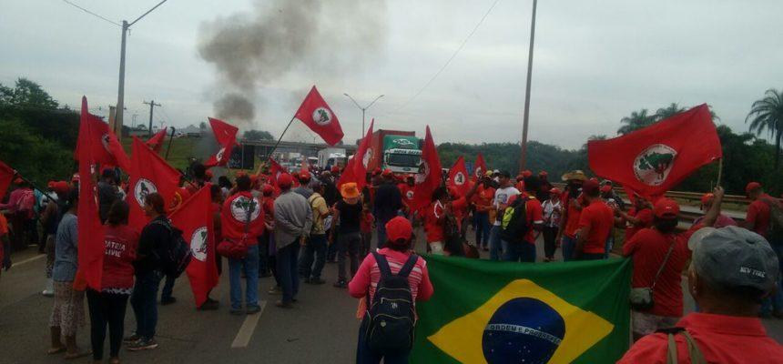 Em Minas Gerais, MST tranca Fernão Dias contra a prisão de Lula