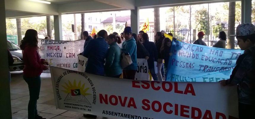 Alunos de escola ocupada entregam pauta de reivindicações ao governo do RS
