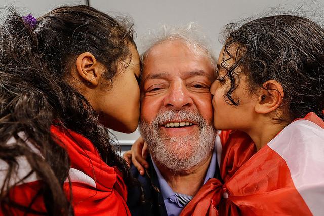 Povo toma as ruas do Brasil contra a prisão de Lula