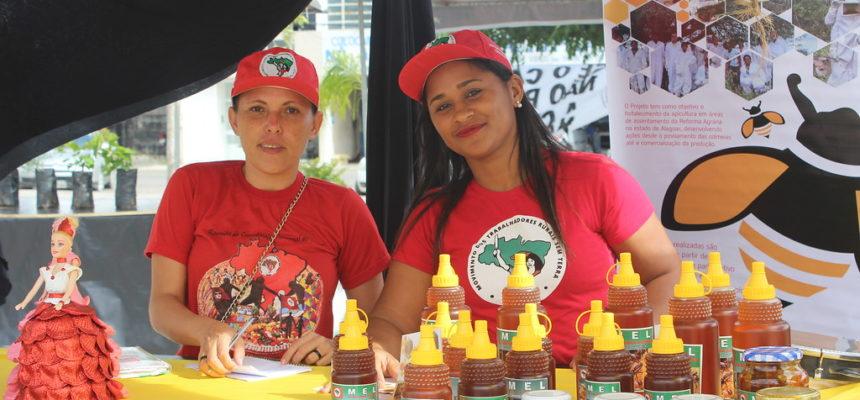 Organização da juventude no Sertão de Alagoas leva mel agroecológico para a Feira da Reforma Agrária