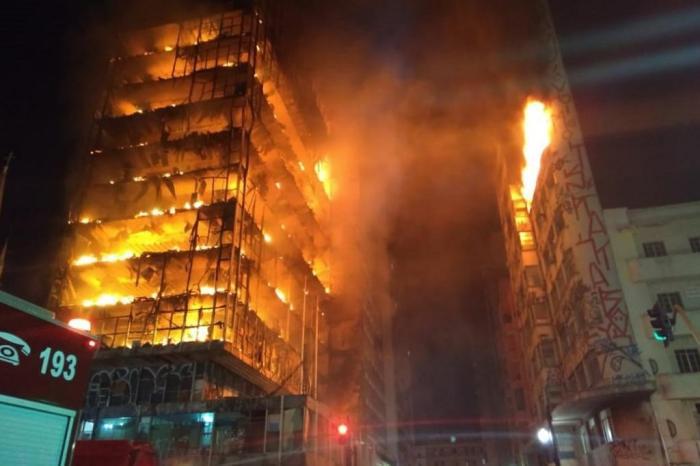 O prédio ocupado em chamas e escombros no Dia do Trabalhador