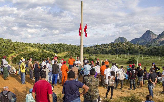 Mulheres do MST resistem contra o despejo em Macaé (RJ)