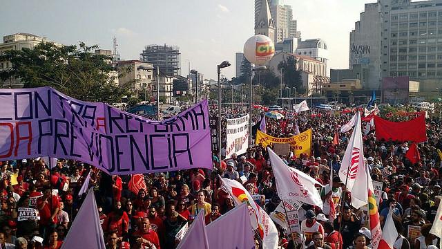 Próximo à decisão do Senado, esquerda faz manifestação maior que direita em São Paulo