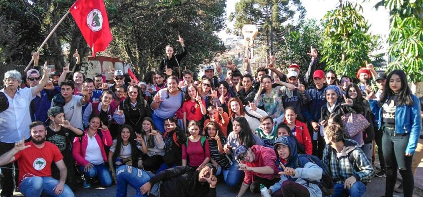 Vigília Lula Livre recebe visita de jovens artistas do MST