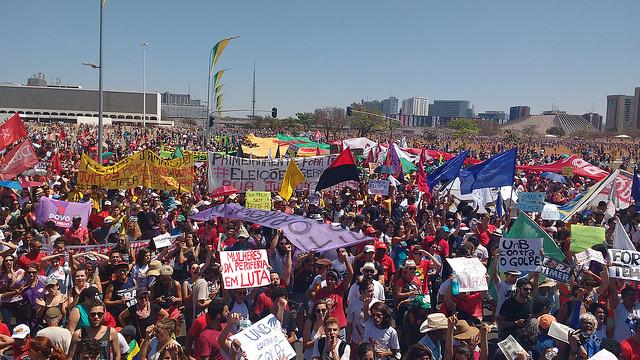 """Manifestantes marcham rumo ao Congresso e defendem """"Fora, Temer"""""""