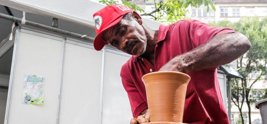 """""""Minha arte é a própria terra"""", diz assentado durante Feira na Bahia"""