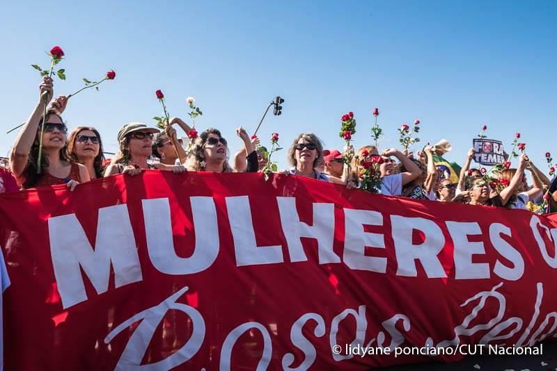 Mulheres levam rosas para a presidenta Dilma. Foto Mídia Ninja.jpg