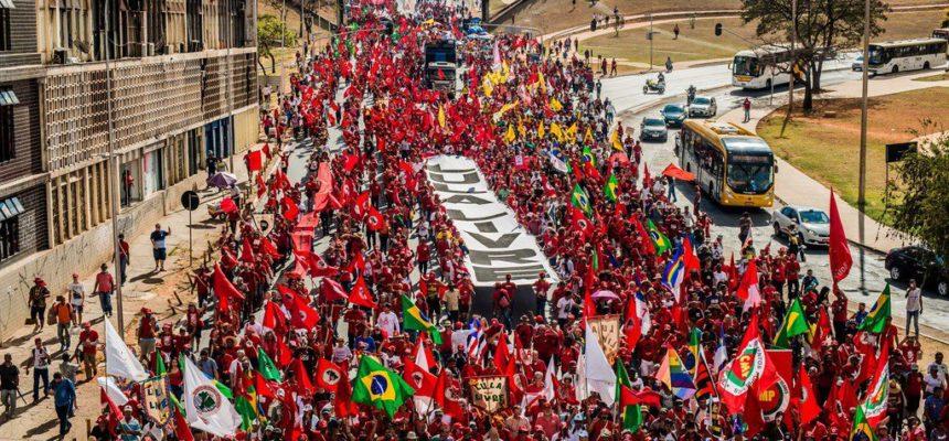 Mais de 50 mil pessoas registram a candidatura de Lula e denunciam a retirada de direitos
