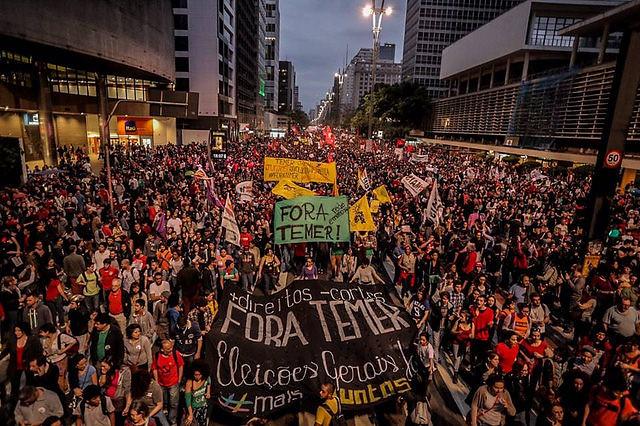 Protesto contra Temer reúne mais de cem mil na Paulista