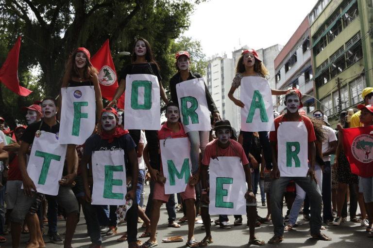 trabalhadores saem às ruas contra o golpe e a retirada de direitos
