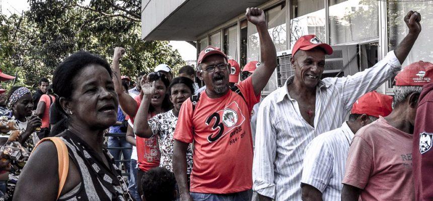 Sem terra ocupa Incra em Minas Gerais