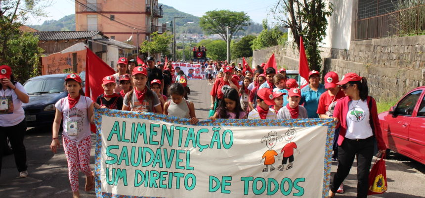 Crianças do MST marcham por direito à alimentação saudável em Santa Maria