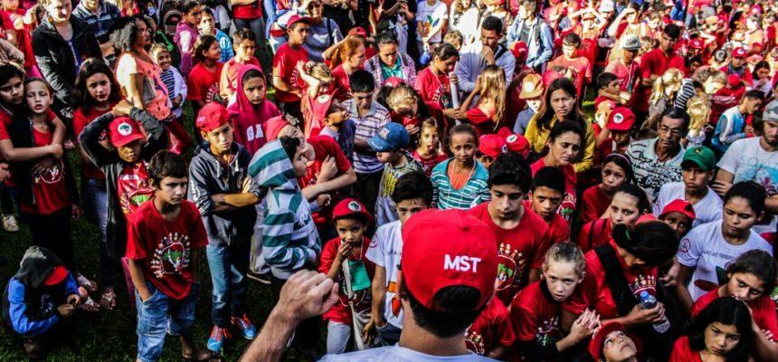Encontro dos Sem Terrinha encerra com ato na secretaria de educação em Curitiba