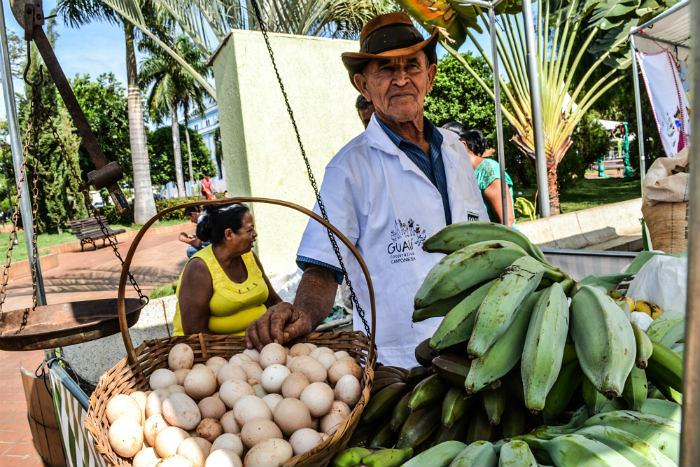Produtores levaram alimentos saudáveis à Feira da Reforma Agrária.jpg
