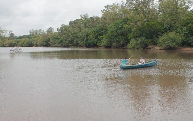 Abraço ao Rio Gravataí marca território livre de pulverização aérea
