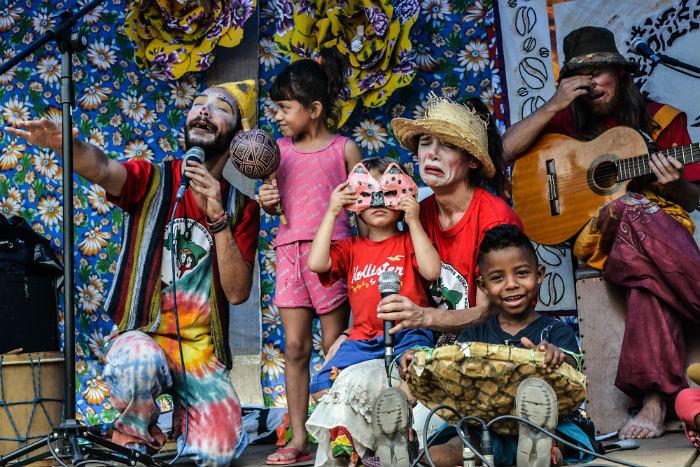O teatro cantado Sapucaiaços alegrou crianças e adultos no domingo de festival.jpg