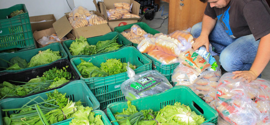 MST doa meia tonelada de alimentos às ocupações da UFRGS