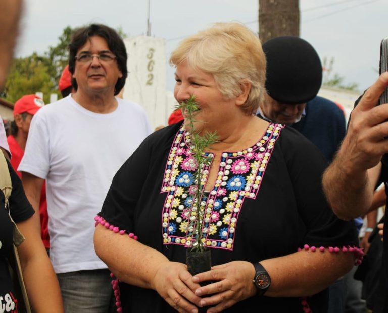 Filha de Che visita Vigília Lula Livre e manifesta solidariedade a Lula