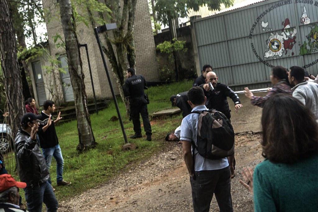 A imagem registra o uso de arma letal pela Policia de São Paulo. Ao fundo, a agressão ao professor da ENFF, Ronaldo Valença, de 64 anos.  Foto Equipe juridica.jpeg