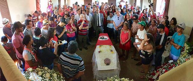 Velório dos militantes do MST foi carregado de emoção na Paraíba