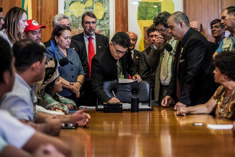 Movimentos populares protocolam pedido de impeachment de Temer