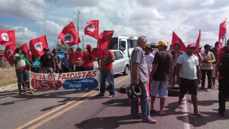 Sem Terra bloqueiam a BR 060 no Ceará
